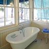 coastal-style-vacation-home-bathroom