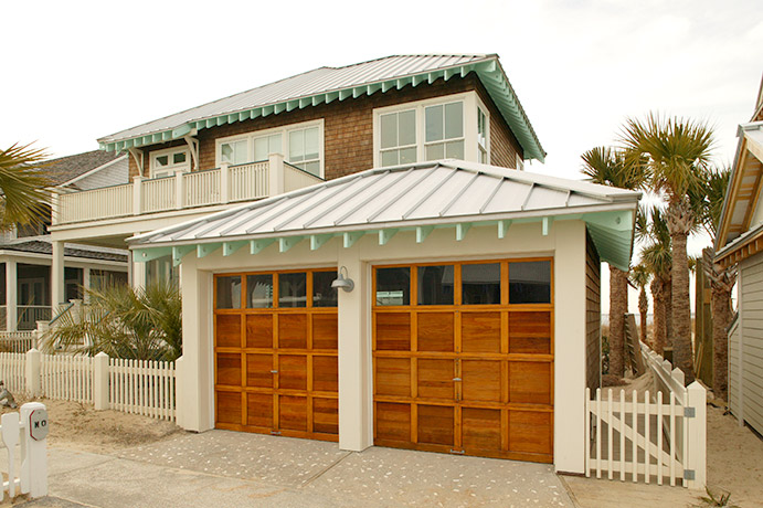 coastal-style-vacation-home-garage