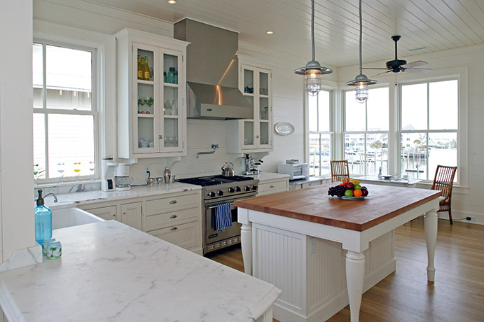 coastal-style-vacation-home-kitchen