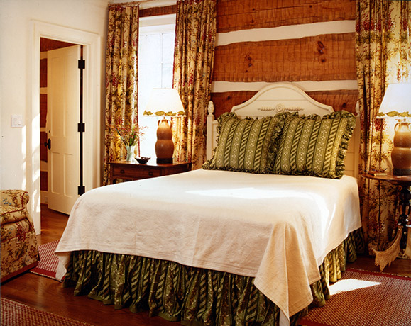 rustic-hunting-lodge-bedroom
